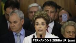 Dilma Rousseff kabine üyeleriyle konuşma yaparken