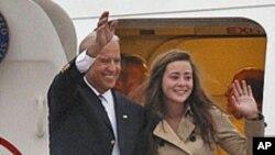 딸 애쉴리와 함께 베이징에 도착한 바이든 부통령