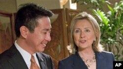 美国国务卿希拉里.克林顿和日本外务大臣前原诚司在夏威夷会面
