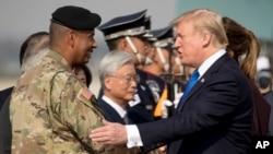 駐韓美軍司令布魯克斯2017年11月與到訪的川普總統握手(美聯社)