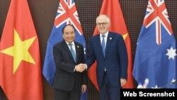 """Thủ tướng Việt Nam Nguyễn Xuân Phúc và Thủ tướng Úc Malcolm Turnbull tại Canberra. Người đứng đầu chính phủ Việt Nam vừa kêu gọi các công ty của Úc """"nhanh chân"""" đầu tư vào Việt Nam."""
