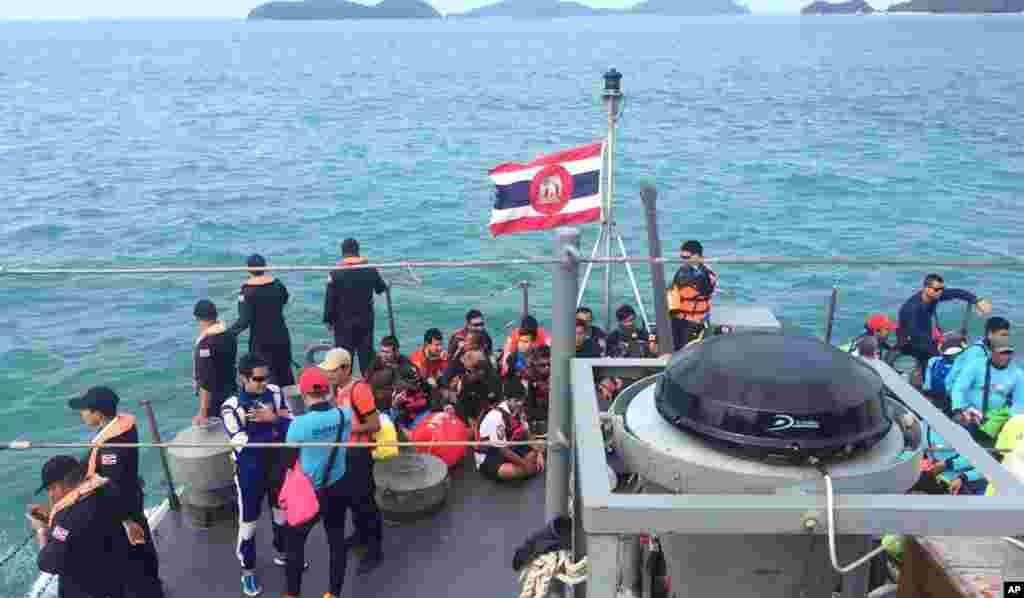 태국 푸켓 인근 해역에서 관광객을 태운 배가 전복된 후 구조원들이 실종자 수색에 나서고 있다. 지금까지 33명이 숨졌으며 사망자는 모두 중국인 관광객인 것으로 밝혀졌다.