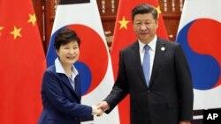 박근혜 한국 대통령(왼쪽)과 시진핑 중국 국가주석이 5일 중국 항저우 서호에서 열린 한-중 정상회담에서 악수하고 있다.