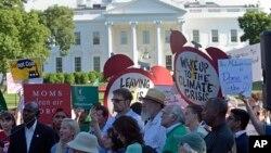 Warga AS melakukan unjuk rasa di depan Gedung Putih untuk menentang keputusan Presiden Trump keluar dari Perjanjian Iklim Paris, 1/6 (foto: ilustrasi).