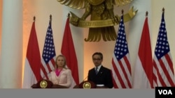 Secretary of State Hillary Rodham Clinton and Indonesian Minister of Foreign Affairs Marty Natalegawa in a joint press conference in Jakarta. (VOA/Andylala Waluyo)