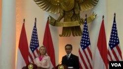 Ngoại trưởng Hoa Kỳ Hillary Clinton (trái) và Ngoại trưởng Indonesia Marty Natalegawa mở cuộc họp báo chung ở Jakarta khi bà Clinton đến thăm Indonesia