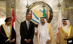 ຈາກຊ້າຍຫາຂວາ, ຮອງນາຍົກລັດຖະມົນຕີ Oman ທ່ານ Fahd bin Mahmoud al-Said, ປ. ສະຫະລັດ Barack Obama, ພະຣາຊາ Saudi Arabia ແລະ ພະຣາຊາ Bahrain - Hamad bin Isa al Khalifa ທີ່ພະຣຊດຊະວັງ Diriyah ໃນ Riyadh, Saudi Arabia, 21 ເມສາ, 2016.