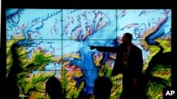 巴黎世界气候大会的与会者参观美国展厅 (2015年12月10日)