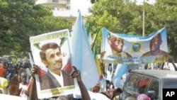 'Yan kasar Sengala a wata maraba da aka shiryawa shugaban Iran Mahmoud Ahmadinijad,lokacinda ya kai ziyara kasar a 2009.
