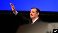 Sen. Ted Cruz melambaikan tangan pada kaukus Partai Republik di Wichita, Kan., Sabtu, 5 Mar. 2016 (AP Photo/Orlin Wagner)