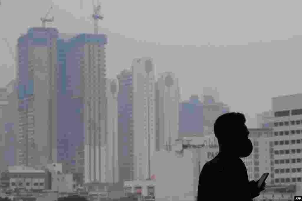 فضائی آلودگی سے انڈونیشیا کا پڑوسی ملک ملائیشیا بھی متاثر ہوا ہے۔ ملائیشیا کے دارالحکومت کوالالمپور میں بھی گہرے دھویں کے بادل چھائے ہوئے ہیں۔