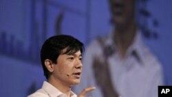 百度创始人李彦宏(2010年在技术创新会议上)讲话。据报道他说过,中国特色社会主义是推动中国互联网发展的动力