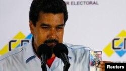 Nicolás Maduro acude a votar con un Señor de la Misericordia en la mano e insta a todos a salir a votar y garantiza que respetará los resultados.