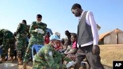 صلحبانان سازمان ملل متحد در اردوگاه آوارگان در جوبا به ۴۵،۰۰۰ آواره جنگ داخلی در سودان جنوبی کمک می رسانند - دسامبر ۲۰۱۳