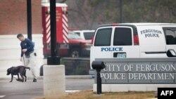 Patroli K-9 di luar kantor polisi Ferguson, Missouri, pagi hari setelah dua polisi ditembak di penghujung aksi protes.