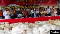 Kapolri Listyo Sigit Prabowo, Menteri Keuangan Indonesia Sri Mulyani Indrawati dan jajarannya menunjukkan bukti narkoba saat jumpa pers di Mabes Polri, 28 April 2021. (Antara Foto/M Risyal Hidayat/via REUTERS)