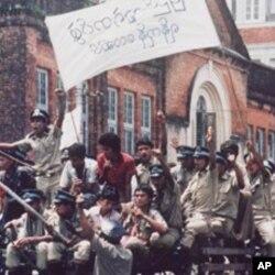 警察和其他政府工作人员一度加入仰光反政府示威(1988年)。