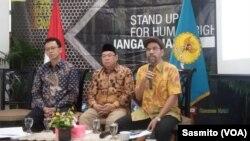 Komisioner Komnas HAM Hairansyah (tengah), Beka Ulung Hapsara (kiri) dan Amiruddin Al Rahab (kanan) saat menggelar konferensi pers di kantor Komnas HAM, Jakarta, Kamis, 9 Januari 2020. (Foto: VOA/Sasmito)