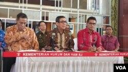 Menteri Hukum dan HAM Yasonna Laoly (tengah) dan Muladi (kiri) saat menggelar konferensi pers di Jakarta, Jumat (20/9/2019). (Foto: VOA/Sasmito)