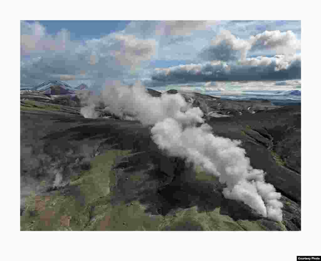 Gulungan uap ini ditemukan di dataran tinggi sistem vulkanik Torfajökull, yang berisi lapangan geotermal dahsyat atau reservoar panas Bumi di bawah permukaan tanah. (Feo Pitcairn Fine Art)