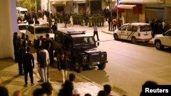 La police anti-émeute bloque des protestataires lors d'une manifestation dans la ville nordique d'Al-Hoceima, Maroc, 1er juin 2017.
