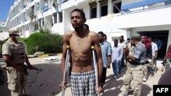 Các chiến binh trung thành với ông Gaddafi bị lực lượng NTC bắt giữ sau khi tìm thấy những người này đang ẩn náu trong bệnh viện Ibn Sina ở trung tâm Sirte, ngày 9/10/2011