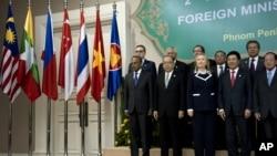 Para Menlu ASEAN dalam pertemuan di Phnom Penh, Kamboja, Juli 2012 (foto: dok). Tahun ini forum regional ASEAN akan diselenggarakan di Brunei mulai 29 Juni.