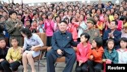 Le leader nord-coréen Kim Jong-un (au c.) a fait à Séoul une offre qu'elle a pu accepter