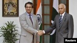 印度外交秘書馬塔伊(右)和巴基斯坦外交秘書吉拉尼(左)星期三在新德里會談後握手。
