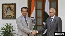 SekJen Departemen Luar Negeri India Ranjan Mathai (kanan) dan SekJen Departemen Luar Negeri Pakistan Jalil Abbas Jilani sebelum melakukan pembicaraan di New Delhi (4/7).