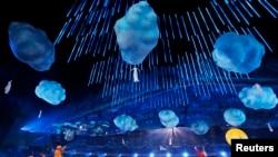 Para penampil di upacara penutupan Olimpiade Musim Dingin 2014 di Sochi (23/2). (Reuters/Marko Djurica)