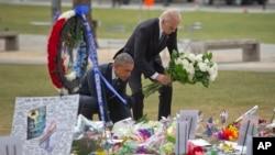 奧巴馬與拜登為死難者獻花