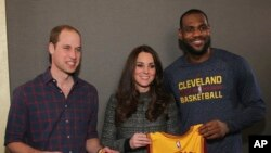 El príncipe Williams y su esposa Kate junto a LeBron James