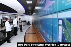 Presiden Joko Widodo mendengarkan penjelasan mengenai sistem online perizinan terpadu (OSS) oleh Menteri Investasi Bahlil Lahadalia dalam acara peluncuran OSS, di Jakarta, Senin, 9 Agustus 2021. (Foto: Biro Pers Sekretariat Presiden)