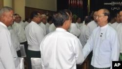 Tổng thống Miến Điện U Thein Sein (phải) chào các thành viên trong đảng USDP dự hội nghị tại trụ sở đảng ở Naypyitaw, Miến Điện, 14/10/12