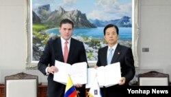 한민구 한국 국방부 장관(오른쪽)과 후안 까를로스 삔손 부에노 콜롬비아 국방장관이 11일 서울 용산구 국방부에서 국방 협력 양해각서(MOU)를 체결하고 있다.