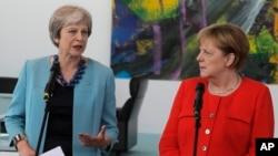 PM Inggris Theresa May dan Kanselir Jerman Angela Merkel dalam pertemuan di Berlin tahun lalu (foto: dok).
