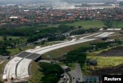 Sebuah jalan tol yang dioperasikan oleh PT Jasa Marga terlihat sedang dibangun di Sidoarjo, Jawa Timur, 5 Oktober 2010. (Foto: Reuters)
