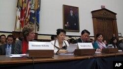 미 의회에서 열린 탈북자 문제 긴급청문회에서 탈북자 한송화 씨(왼쪽 두번째), 조진혜 씨(맨 오른쪽) 모녀가 증원하고 있다. (자료사진)