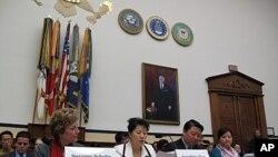 미 의회에서 5일 열린 탈북자 문제 긴급청문회에 증언하는 수전 솔티 북한자유연합대표(왼쪽부터)와 탈북자 한송화, 조진혜 모녀.