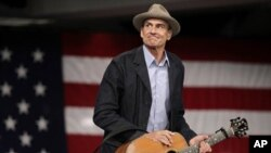가수 제임스 테일러가 보스턴에서 오바마 대통령의 데발 패트릭 매사추세츠주 주지사 지원 유세에 앞서 사전 공연을 하는 장면
