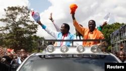 Ministri w'intebe Raila Odinga n'uwo biyamamaza hamwe waba visi-perezida we Kalonzo Musyoka biyamamaza.