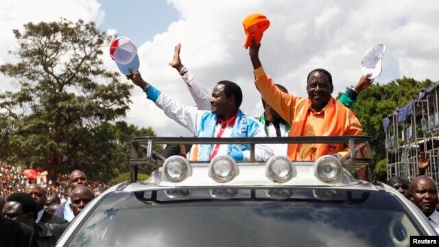 Raila Odinga (R) na mgombea wake mwenza Kalonzo Musyoka wakiwasili viwanja vya Uhuru Park kwa mkutano wa pamoja wa kisiasa