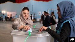 Žena glasa na biračkom mestu u Kabulu