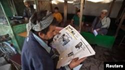 一名阿富汗人在一間茶店閱讀報紙。(資料照片)