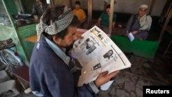 Seorang warga Afghanistan membaca surat kabar di Kabul (foto: dok). Afghanistan menindak keras sebuah surat kabar yang kritis terhadap pemerintah.