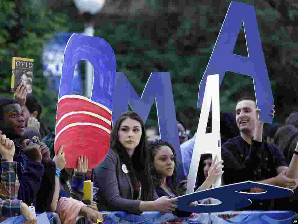Des étudiants exprimant leur soutien au président Barack Obama alors qu'ils se réunissent autour d'un écran géant installé sur le campus pour regarder le débat