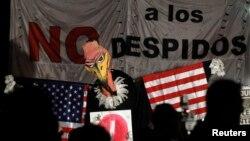 Manifestantes en Buenos Aires se burlan de las negociaciones para considerar el pago a los fondos buitres.