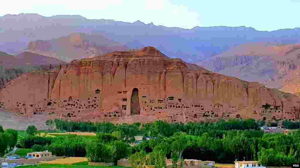 بامیان، با داشتن صدها آبدۀ تاریخی و مناظر منحصر به فرد طبیعی، یکی از ولایات امن و پر جاذبۀ افغانستان برای گردشگران داخلی و خارجی محسوب میشود