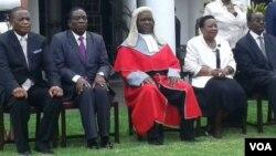 UMongameli Emmerson Mnangagwa labasekeli loChief Justice Luke Malaba bakhe abagcotshwe ngoLwesine.